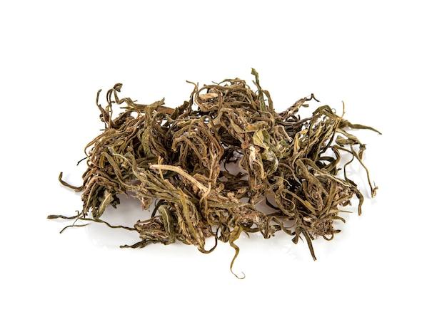 Maconha. folhas secas de cannabis sativa. em branco.