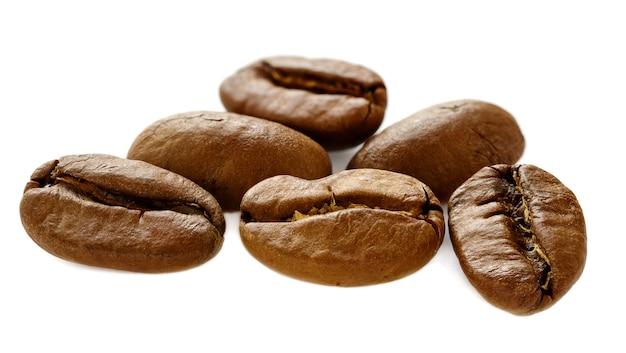 Macro closeup de grãos de café isolada no fundo branco