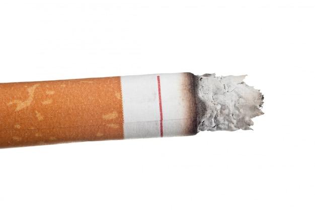 Macro de cinzas de cigarro isolada no fundo branco