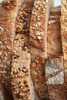 Macro de fatias de pão caseiro com grãos de gergelim e linho