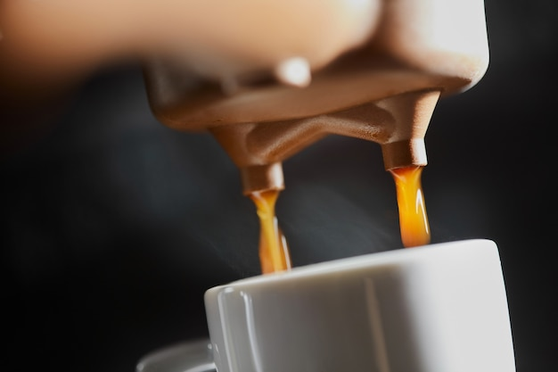 Macro de fazer café expresso fresco em uma máquina de café