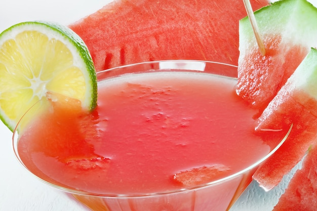 Macro de um copo com suco de melancia