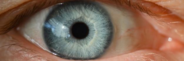 Macro super macro do close up da retina do olho humano masculino azul. conceito de visão de correção a laser