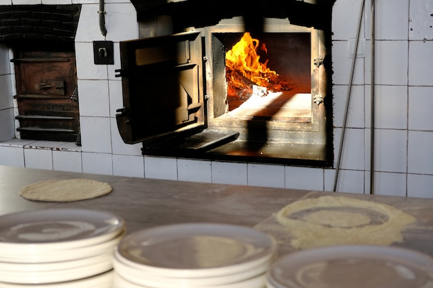 Madeira ardente vermelha quente dentro do fogão