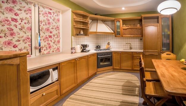 Madeira bela cozinha design de interiores. home indoor