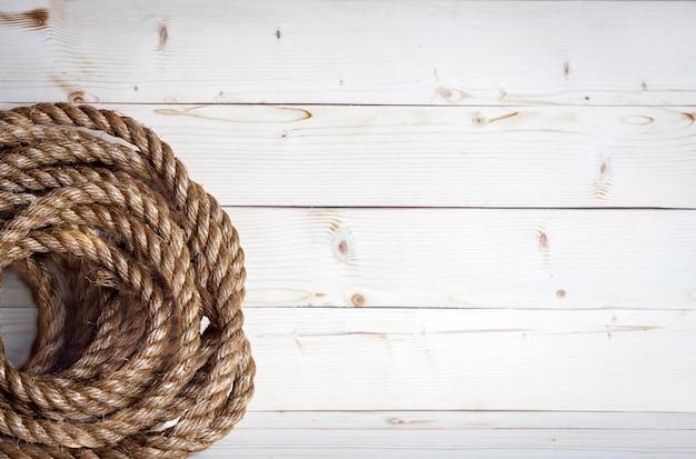 Madeira branca com corda