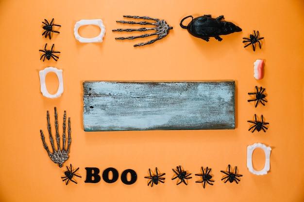 Madeira cinzenta e decorações de halloween