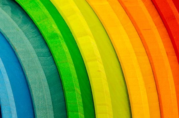 Madeira colorida do arco-íris. conjunto de brinquedos educativos em forma de arco-íris