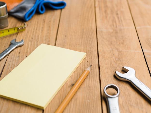 Madeira compensada perto de ferramentas de carpinteiro na mesa
