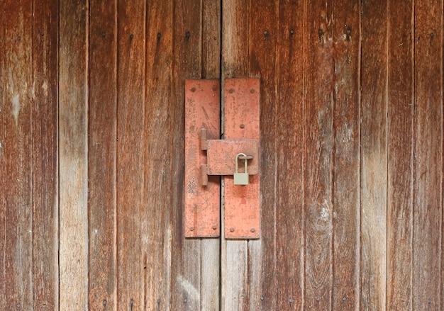 Madeira da porta com chave bloqueada