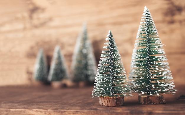Madeira de árvore de natal na mesa de madeira e parede marrom escuro