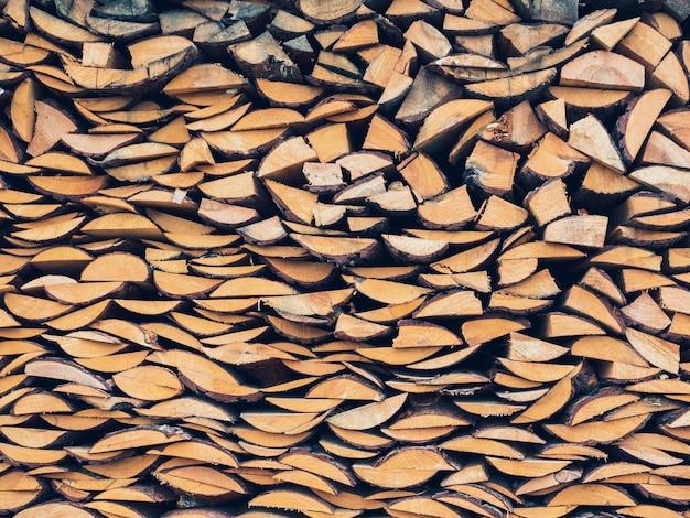 Madeira de bétula cuidadosamente empilhada em uma pilha de lenha