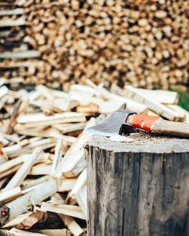 Madeira desbastada empilhada em um woodpile e preparada aquecendo-se no inverno.