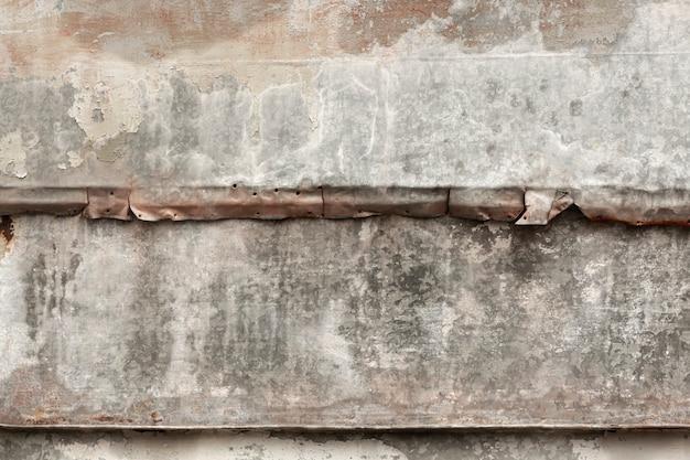 Madeira desgastada com superfície de metal envelhecida