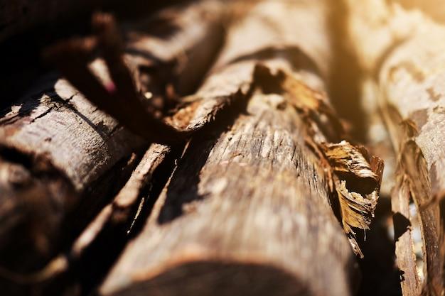 Madeira e poste de madeira no canteiro de obras