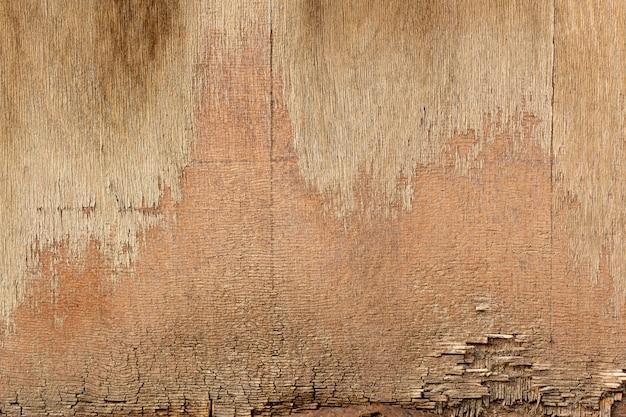 Madeira lascada com superfície desgastada