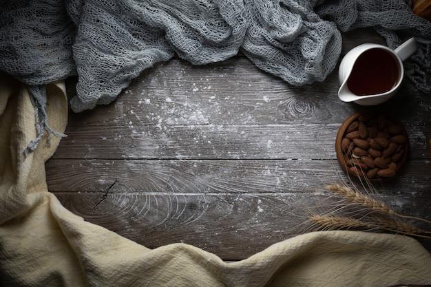 Madeira marrom com fundo de parede de textura de prancha e pano branco fino