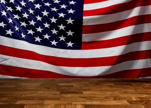 Madeira marrom vazia com bandeira americana ondulada