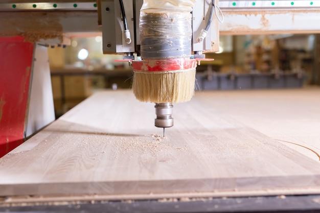 Madeira, metal, conceito de produção - o instrumento de corte, foco no processo de corte.