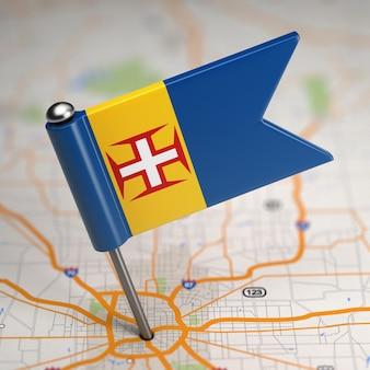 Madeira pequena bandeira em um fundo de mapa com foco seletivo.