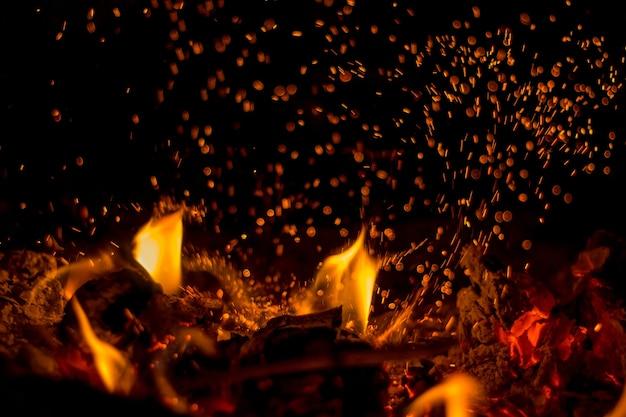 Madeira queimando com fogo e faíscas