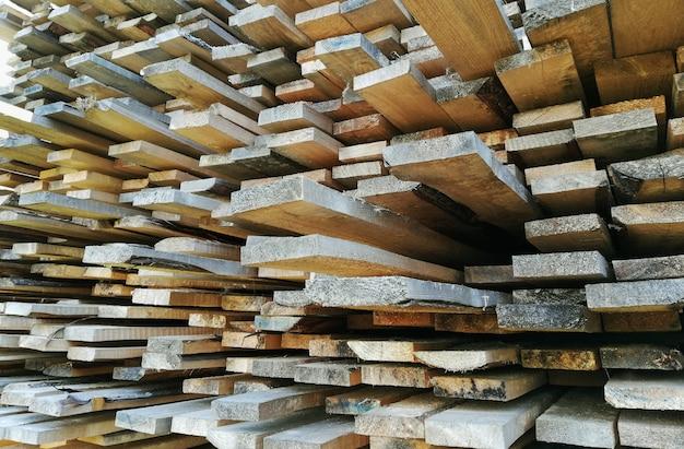 Madeira serrada em uma serraria ou loja de materiais de construção