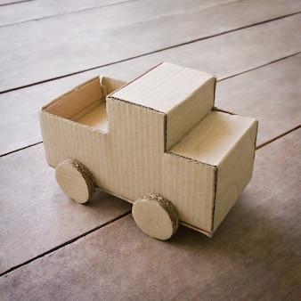 Madeira sobre a caixa de roda de criança