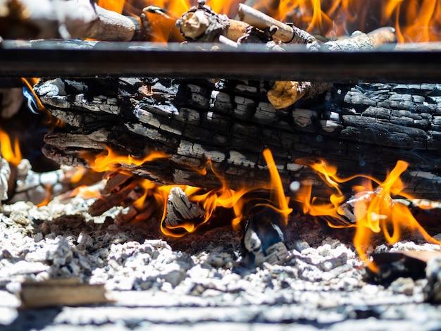 Madeiras ardentes no poço do fogo