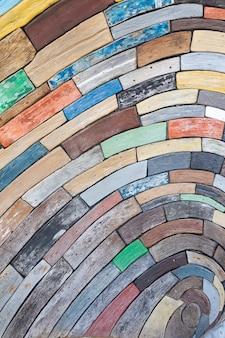 Madeiras de diferentes cores e formas, fundo surreal