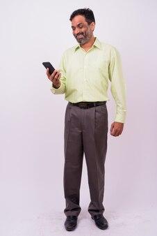 Maduro bonito barbudo empresário indiano em branco