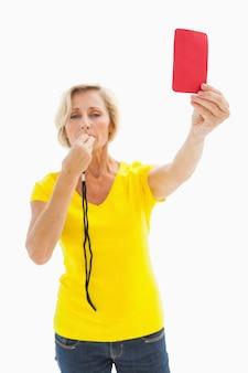 Maduro, loiro, mostrando, vermelho, cartão, câmera