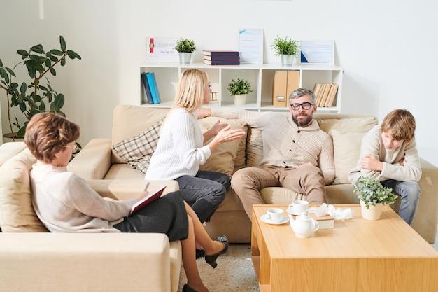 Mãe abafada fala ao pai na sessão de terapia