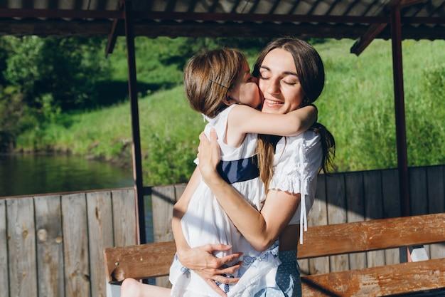 Mãe abraça filha