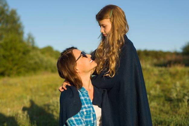 Mãe abraça sua filha
