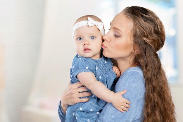 Mãe abraça uma criança