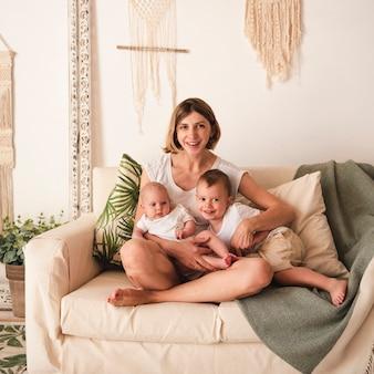 Mãe abraçando crianças vista frontal