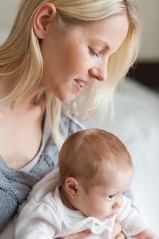 Mãe, abraçando, dela, bebê