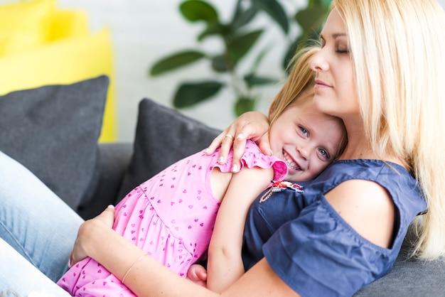 Mãe, abraçando, dela, sorrindo, filha pequena