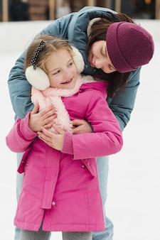 Mãe abraçando filha feliz