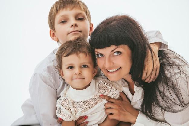 Mãe abraçando seus dois filhos