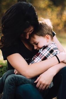Mãe abraço criança
