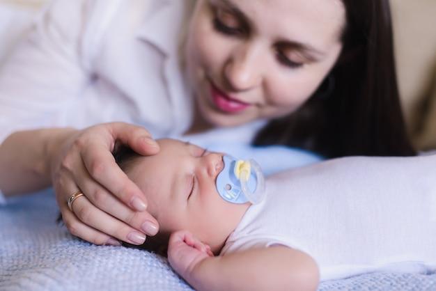 Mãe acariciando suavemente a cabeça do bebê