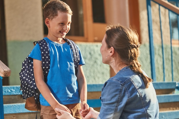 Mãe acompanha a criança à escola