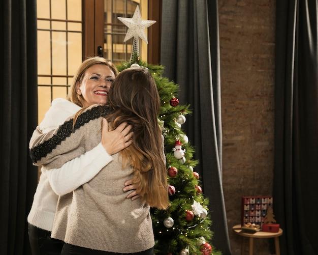 Mãe adorável, abraçando a filha
