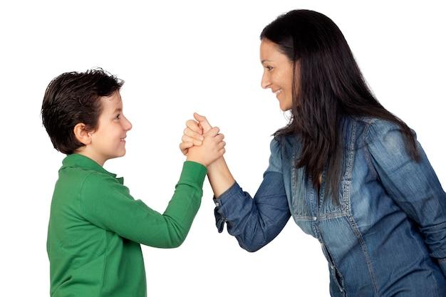 Mãe adorável e seu filho fazendo um aperto de mão isolado no fundo branco