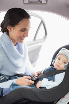 Mãe, afiançando, dela, bebê, em, a, assento carro
