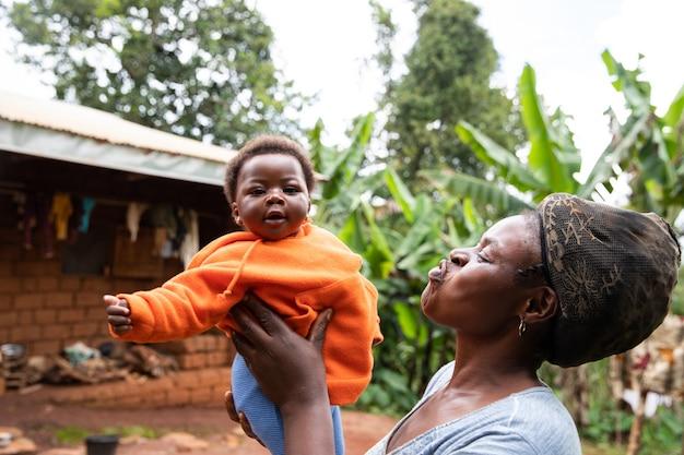 Mãe africana brinca com sua filha recém-nascida, doce momento entre mãe e filha