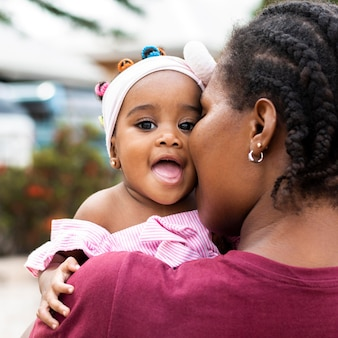 Mãe africana e menina fecham