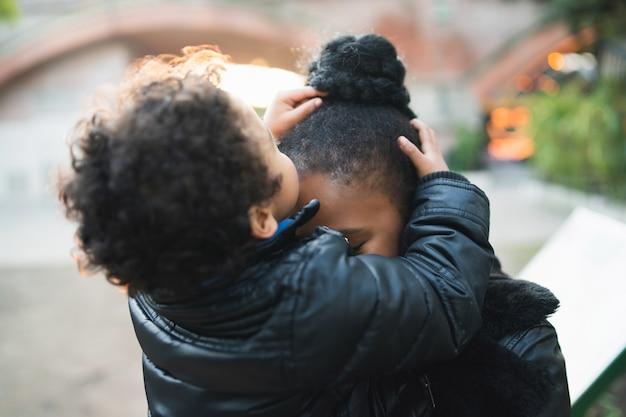 Mãe afro-americana com seu filho.
