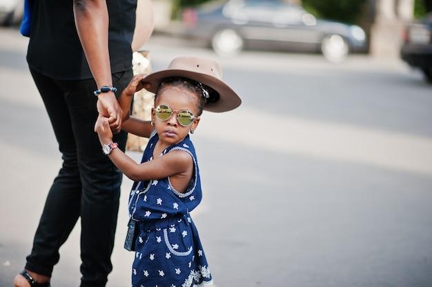 Mãe afro-americana segurar a mão da filha